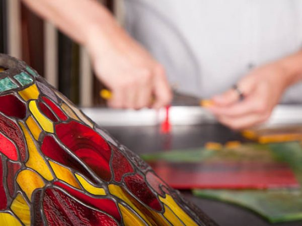 Making tiffany lamps.If you want more images with tiffany lamps please click here.